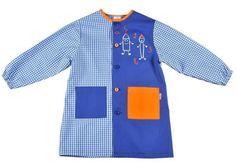 Batita en mascotita y tela lisa con cuello y bolsa en tela contrastante. Couture, Sewing Tutorials, Wetsuit, Apron, Swimwear, Clothes, Fashion, Lab Coats, Kid Outfits
