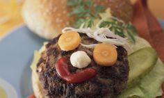 Bunte Hamburger-Gesichter - Rezepte - Schweizer Milch Hamburger, Ethnic Recipes, Food, Ground Meat, Beef, Faces, Simple, Hamburgers, Burgers