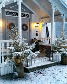 Do you love a tasteful white home exterior? Then these charming homes with white Christmas exterior decor may inspire.also sharing my trip to Arhaus. Christmas Garden, Christmas Porch, Outdoor Christmas Decorations, Scandinavian Christmas, Country Christmas, Winter Christmas, Holiday Decor, Winter Porch, Cozy Winter