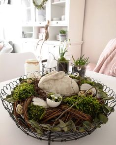 ᖴᖇüᕼᒪIᑎGᔕ- OᔕTEᖇ - ᗪIY 🐰🌱🌸 Guten Morgen 💚 Hier kommen wie versprochen die Bilder zu meinem gestrigen DIY in der Story. Diy Spring Wreath, Deco Floral, Easter Table, Diy Garden Decor, Decoration Table, Easter Crafts, Easter Decor, Floral Arrangements, Diy And Crafts