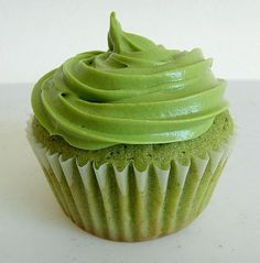 Green Tea Cupcakes with matcha (green tea powder ) are absolutely perfect for all lovers of green tea. This green color cupcakes look divine. Cupcakes are so Green Tea Cupcakes, Matcha Cupcakes, Vanilla Cupcakes, Healthy Cupcakes, Gourmet Cupcakes, Strawberry Cupcakes, Easter Cupcakes, Flower Cupcakes, Velvet Cupcakes