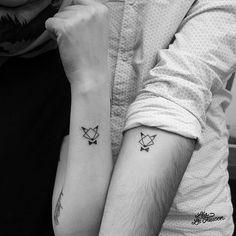 Friends foxever ! Merci Camille et Pipo ! #ink #illustration #tattoo #tatouage #friends #tattoofriends #lealefaucon #onlyblackart #onlyblackwork #lines #fox #origami #geometrictattoo #minitattoo #minimalisttattoo