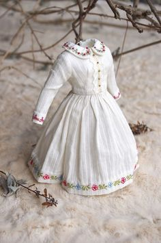 The dress is made of antique white Dimity cotton fabric. All edges were trimmed with small floral embroidery and the front buttonholes band is enhanced with lace and gold metal tiny beads. Doll Clothes Patterns, Doll Patterns, Clothing Patterns, Dress Patterns, The Dress, Baby Dress, Tilda Toy, Frederique, Fabric Dolls