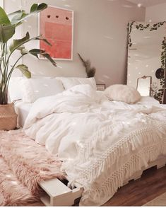 14 Fabulous Rustic Chic Bedroom Design and Decor Ideas to Make Your Space Special - The Trending House Cute Bedroom Ideas, Room Ideas Bedroom, Home Bedroom, Bedroom Inspo, Master Bedroom, White Comforter Bedroom, Bedroom Inspiration Cozy, 60s Bedroom, Peach Bedroom