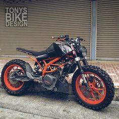 KTM Duke 250 scrambler by Hoping to feature this beast soon Motorcycle Helmet Design, Tracker Motorcycle, Futuristic Motorcycle, Scrambler Motorcycle, Moto Bike, Motos Ktm, Ktm Motorcycles, Custom Motorcycles, Custom Bikes