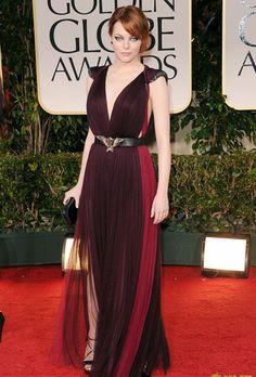 El lookbook de Emma Stone /   Para los Golden Globes vistio un vestido con escote profundo enmarcado por un cinturón no motivos de águila de la firma Lanvin.