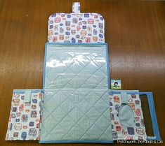 TROCADOR C/ PORTA FRALDAS, POMADA E LENÇO UMEDECIDO - Silvia Ramos Atelier Baby Sewing Projects, Sewing Hacks, Baby Crafts, Diy And Crafts, Baby Kids, Baby Boy, Diaper Backpack, Baby Couture, Bag Organization
