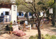 A Cadaqués-Espagne, une maison de vacances sans électricité, rescapée de la période hippie...