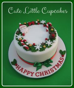 A traditional fruit cake decorated with a festive holly wreath design x Fondant Christmas Cake, Christmas Themed Cake, Christmas Cake Designs, Christmas Cake Topper, Christmas Cake Decorations, Christmas Desserts, Christmas Treats, Cake Decorated With Fruit, Fruit Cake Design