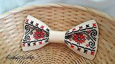 Kopala studienku, pozerala do nej motýlik Sewing Men, Smocking, Holiday Gifts, Best Gifts, Cross Stitch, Miniatures, Traditional, Embroidery, Crafts