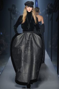 The Jean Paul Gaultier Haute Couture F/W 2015 show was all about a playfully severe nautical theme. Full of stripes hats and ellobarate gowns tha completley covered the runway. See the Jean Paul Gaultier Haute Couture F/W 2015 show below: Couture Mode, Style Couture, Couture Fashion, Runway Fashion, Jean Paul Gaultier, Fashion Week, High Fashion, Fashion Show, Fashion Design