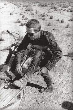 Steve McQueen preps for a race Mojave desert by William Claxton Steven Mcqueen, Motocross, Style Cafe Racer, William Claxton, Steve Mcqueen Style, Old Hollywood, Classic Hollywood, Hollywood Style, Hollywood Icons