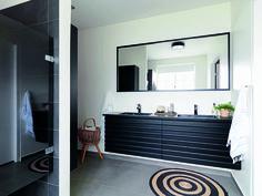 Nyt og gammelt mødes i et charmerende miks i Bettina og Claus' badeværelse. Parret har nænsomt renoveret en villa fra 1959, og ved hjælp af en konsekvent holdning til farver og materialer skaber nyt og gammelt en harmonisk og personlig stil gennem hele boligen.