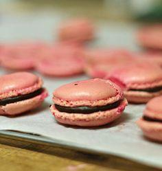 Macarons roses, ganache au chocolat - les meilleures recettes de cuisine d'Ôdélices http://www.odelices.com/recette/macarons-roses-ganache-au-chocolat-r634