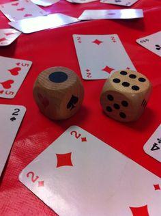 Jeu de rapidité : attraper parmi plein de cartes à jouer la ou les cartes désignées par le dé, lire en combinant. Peut se jouer avec un dé de 1 à 6 ou 1 dé plus un dé de 1 à 3 (jusqu à 9 donc) face noire et face rouge en plus de pique trèfle cœur carreau.