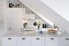 Bilder, Kök/matplats, Snedtak, Marmor - Hemnet Inspiration Loft Kitchen, Kitchen Sets, Kitchen Decor, Attic Apartment, Küchen Design, The Originals, Room, Kitchens, Decoration