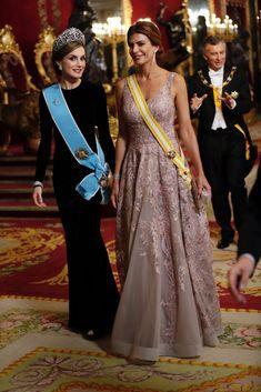 Juliana Awada elegió un vestido del argentino Gabriel Lage con escote en V y una gran falda acampanada, un diseño bordado artesanalmente con cristales de Swarovski y en tono rosa empolvado. 22.02.2017