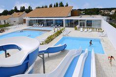 Appartementen Nemea Les Grands Rochers ligt op een boogscheut van het strand. Je verblijft hier in comfortabele appartementen in een groen domein met verschillende zwembaden. De meeste appartementen (behalve type 100) beschikken over airconditioning en een terras met tuinmeubilair.  Het is mogelijk om ter plaatse ontbijt bij te boeken.  Appartementen Nemea Les Grands Rochers bevindt zich op ca. 2 km van het zandstrand.  Officiële categorie ***