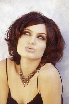 The bob hairstyle is nice and timeless. Women just love the bob because the number of options available to style your hair is pretty effective. Graduated Bob Hairstyles, Bob Hairstyles 2018, Bob Hairstyles With Bangs, Bob Haircuts For Women, Thin Hair Haircuts, Older Women Hairstyles, Brunette Bob, Blonde Highlights Bob Haircut, Angelina Jolie Fotos