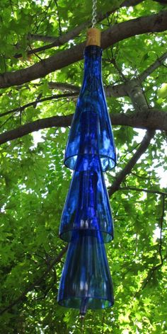 Blue Wine Bottle Wind Chime Wind chimes are one of the most popular garden ideas with some very different and unique designs. We bring you the 48 best DIY and upscale wind chimes. Glass Bottle Crafts, Wine Bottle Art, Wine Bottle Trees, Wine Bottle Chimes, Wine Bottle Garden, Wine Bottle Cutting, Carillons Diy, Diy Crafts, Diy Wind Chimes