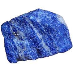 EL LAPISLAZULI(ANTES)- Es considerada una de las piedras más apreciadas a lo largo de la historia.Siempre se la ha asociado con los Reyes y Reinas. Color: azul-lazu, violeta, verde-azul silicato de aluminio y sodio calcio Sistema cristalino: Cubico (raro), Dureza: 5-6 (escala de Mohs) Índice de refracción: Sobre 1,50 Birrefringencia: Ninguna Color de la raya: azul claro Espectro de absorción: No diagnósticado Fluorescencia: Fuerte: blanco, también color naranja, color cobre