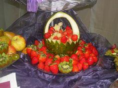 Morangos, kiwi, com cesto de melão.