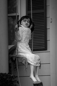 Creepy Little Girl - https://legacyofhorror.org/2017/02/creepy-little-girl/