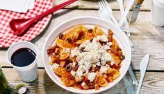 Suchst du ein Rezept für das nächste Festival? Dann probiere den Raviolisalat mit mediterranen Tomaten, Oliven und Fetakäse.