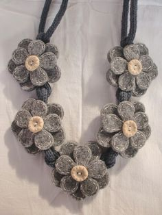 Calde collane per riscaldarci l'umore <3 Baby Necklace, Felt Necklace, Fabric Necklace, Jewelry Crafts, Jewelry Art, Beaded Jewelry, Scarf Jewelry, Textile Jewelry, Felt Flowers