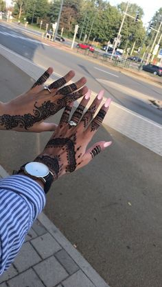 Wedding Henna Designs, Pretty Henna Designs, Modern Henna Designs, Hena Designs, Henna Tattoo Designs Simple, Stylish Mehndi Designs, Henna Art Designs, Henna Tattoo Hand, Henna Mehndi