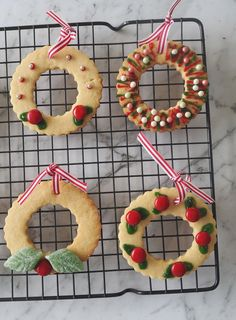 Our Thermomix Christmas Wreath Biscuits make a great homemade Christmas gift! Oatmeal Biscuits, Homemade Christmas Gifts, Christmas Recipes, Christmas Wreaths, Xmas, Oatmeal Recipes, Tray Bakes, Quick Easy Meals, Icing