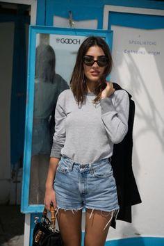 Patricia Manfield usa óculos vintage para dar um UP na produção com shorts jeans.