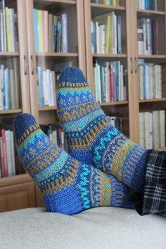 Käsityönharrastaja neuloo, virkkaa, värjää, piirtää, askartelee... Crochet Socks, Knitting Socks, Knit Crochet, Knit Socks, Knitting Charts, Mittens, Gloves, Wool Hats, Cute