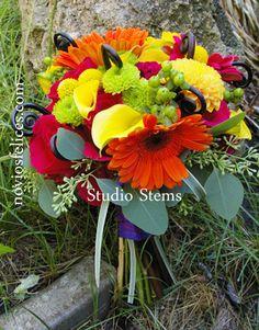 Bouquet con calas amarillas, gerberas fucsia y naranja y crisantemos verdes y amarillos