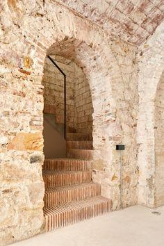 Reforma de Triplex en Sant Antoni is designed by Valentí Albareda and is located in // Photos by José Hevia Brick Architecture, Contemporary Architecture, Interior Architecture, Modern Staircase, Staircase Design, Interior Stairs, Interior And Exterior, Exterior Design, Brick And Stone