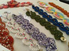 vários braceletes com miçangas