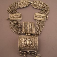 Yemen | Silver necklace with exceptional filigree on the amulet | © Michel Halter.