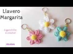 Keychain daisy flowers are very creative and modern accessory. It's fast and fun project also great for those who love new and crazy ideas. Crochet Daisy, Double Crochet, Single Crochet, Easy Crochet, Crochet Flowers, Knit Crochet, Daisy Flowers, Crochet Keychain, Crochet Earrings