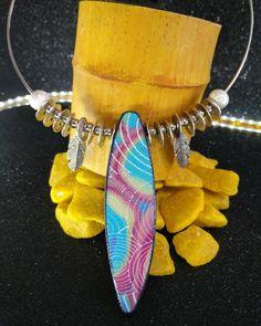 29adc98fd87e Collar estilo surfero en arcilla polimérica y dijes de metal de la nueva  colección Aloha.