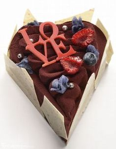 2016 - Thierry Mulhaupt : cœur Love : dacquoise amande, croustillant cassis, crémeux cassis violette et mousse au chocolat Pure Origine Madagascar 64%. LOVE est est réalisé en praliné aux amandes.