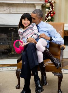 #44thPresident #BarackObama snuggles with his #niece Savita Ng after his #sister Maya Soetoro-Ng, and her family dropped by the Oval Office of the White House December 4, 2015 in Washington, DC.