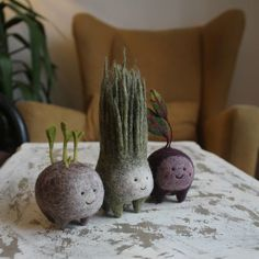 Moscow-based artist Nastasya Shuljak has grown up in nature, enjoying the natural world around her. Now, she's creating miniature wool sculptures of small animals and other cute creatures, and her rich childhood is really visible in her works. Needle Felting Kits, Wet Felting, Felt Diy, Felt Crafts, Wood Crafts, Felt Animals, Small Animals, Do It Yourself Inspiration, Felt Food