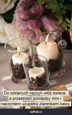 Tanie dekoracje ze świec - Do szklanych naczyń włóż świece,  a przestrzeń pomiędzy nimi i  naczyniem uzupełnij ziarenkami kawy.