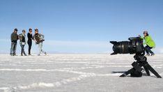 La cámara, al ser disparada desde un ángulo muy bajo parece mucho más grande.