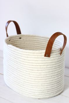 Panier en corde sans couture DIY No-Sew Rope Coil Basket / alice & lois Glue Gun Crafts, Rope Crafts, Diy Crafts, Diy Glue, Decor Crafts, Rope Basket, Basket Weaving, Blanket Basket, Sisal