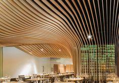 Lo studio americano Office dA ha realizzato il bar ristorante Banq, a Boston, con una struttura lignea a onde che occupa tutto lo spazio del soffitto e alcune pareti. Una soluzione leggera e di grande