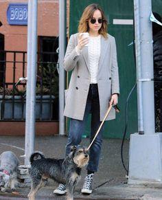Dakota  paseando con Zeppelin en West Village, Nueva York.