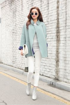 white jeans outfit ideas - with mint coat and white top  #mintgreen #whiteleggings #streetstyle