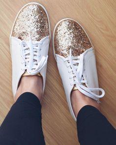 Será que eu adoro usar tênis em produções casuais? Hahaha tudo indica que sim e esse tênis branco com glitter dourado é de arrasar coração. Ele vai com tudo: legging, jeans, vestido, calça. É bem versátil, confortável e muito fashionista, não acham?