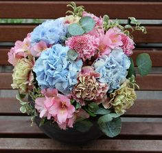 Centro de flores con hortensia, clavel antiguo, alstroemeria... #moonflowerartefloral #flores #hortensia #hydrangea